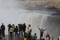 黄河の水勢すさまじく 秋の壺口瀑布