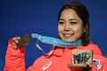 銅メダルを授与された高梨、スキージャンプ女子