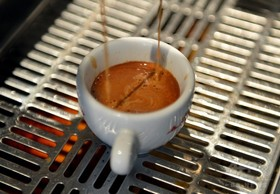 コーヒー1日3~5杯、死亡リスク低下と関連