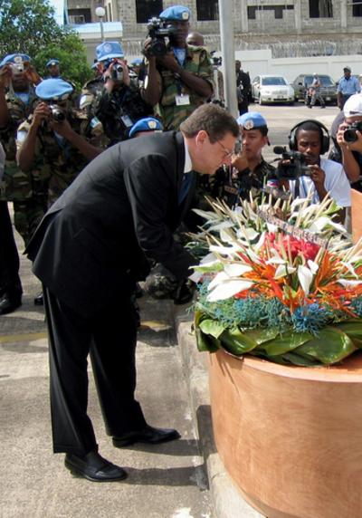 国連事務総長特別代理、内戦犠牲者を慰霊 - リベリア
