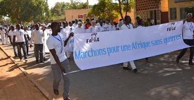 「アフリカファッション国際フェスティバル」開催、平和訴えデモ