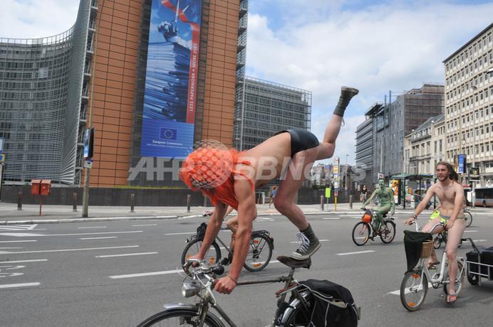 「裸で自転車」環境保護イベント、ベルギーでも開催