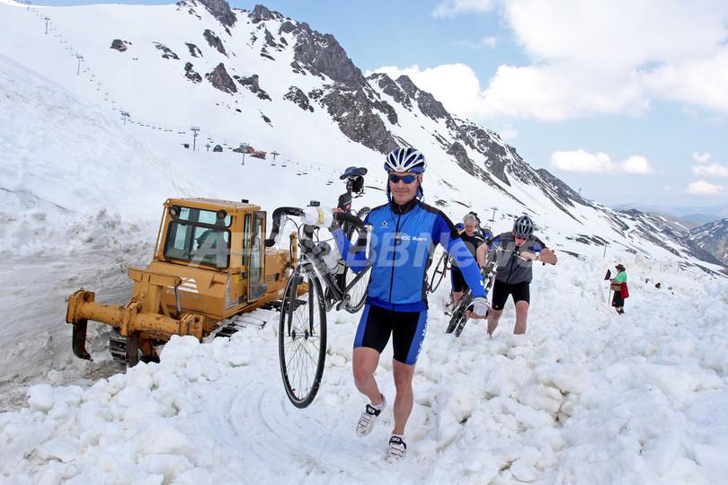 残雪のツールマレー峠を越えるサ...