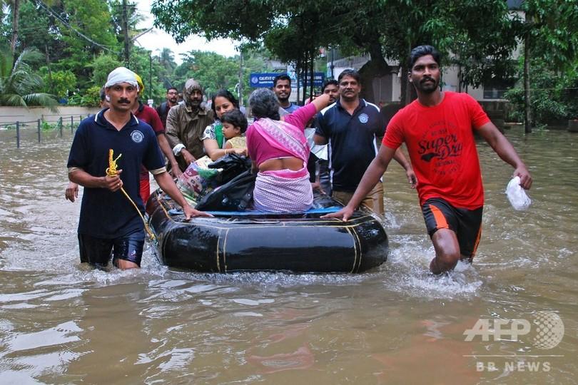 インド南部の洪水、死者106人に 15万人が避難