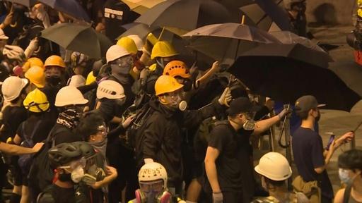 動画:元朗での襲撃抗議デモ、警官隊が催涙弾を発射 香港