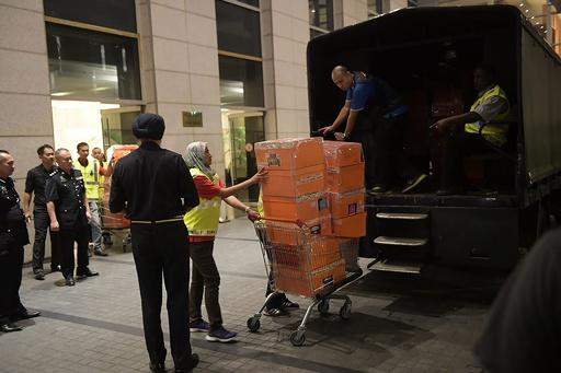 現金や宝石詰まった大量の高級バッグ、マレーシア前首相関係先で押収