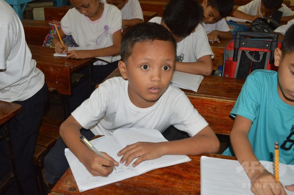 路上で勉強するフィリピン少年、ネットで反響 寄付相次ぐ