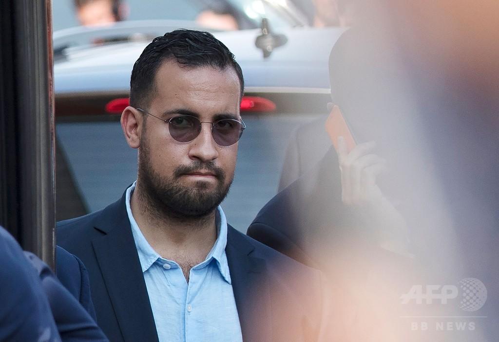 仏大統領の元警護責任者、暴行容疑で予審開始 政権に試練