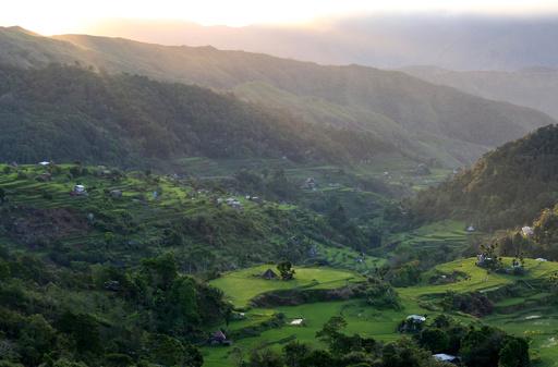 トラックが谷底に転落、19人死亡 フィリピン北部