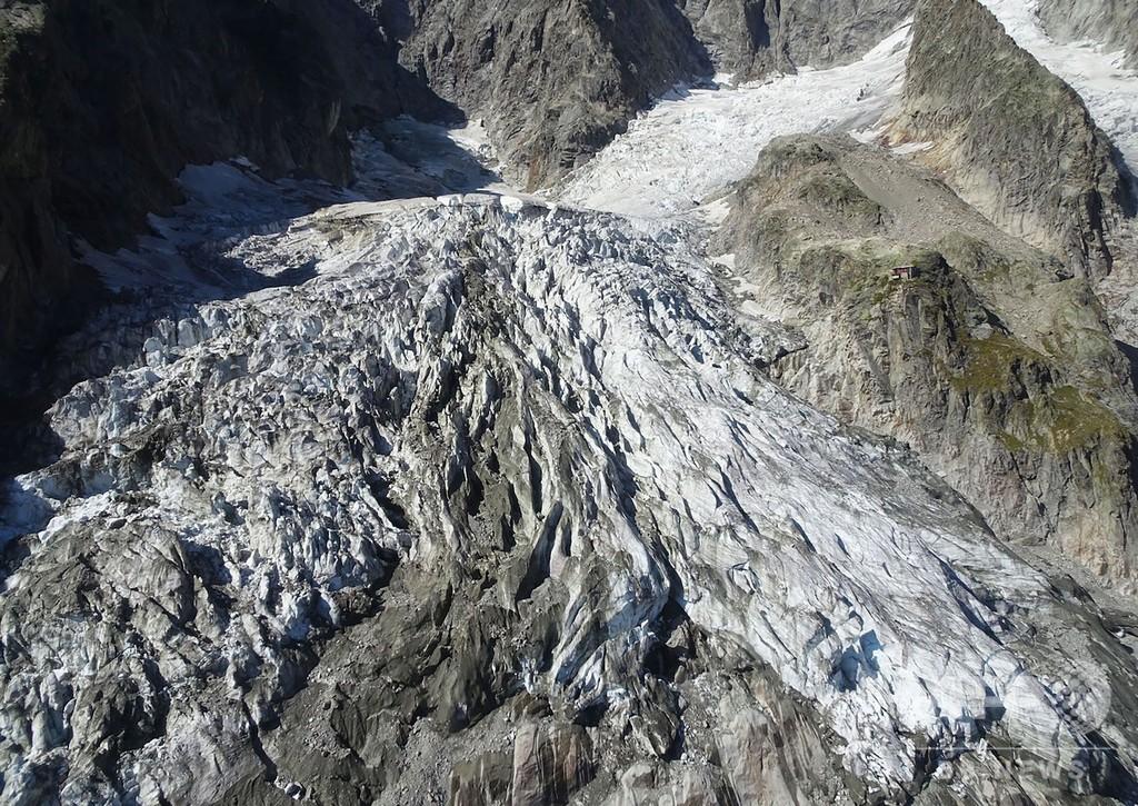 長引く猛暑でモンブラン氷河に崩落危機、25万トン