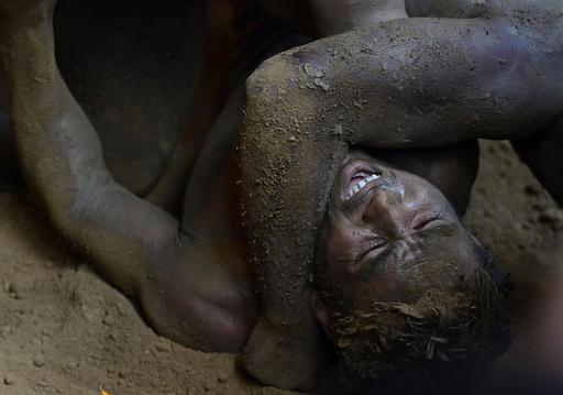 泥まみれで取っ組み合い、蛇の神にささげる伝統の格闘技  印