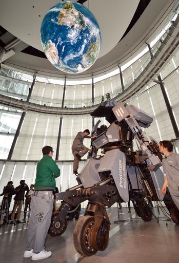 乗り込んで操縦できる人型ロボ「KURATAS」、価格は100万ドル