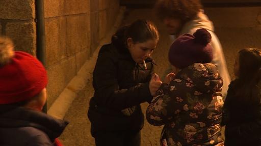 動画:たばこを吸う子どもたち、ポルトガルの公現祭