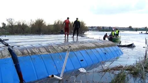 動画:イラク・チグリス川で沈没したフェリーを引き揚げ、死者は100人超に