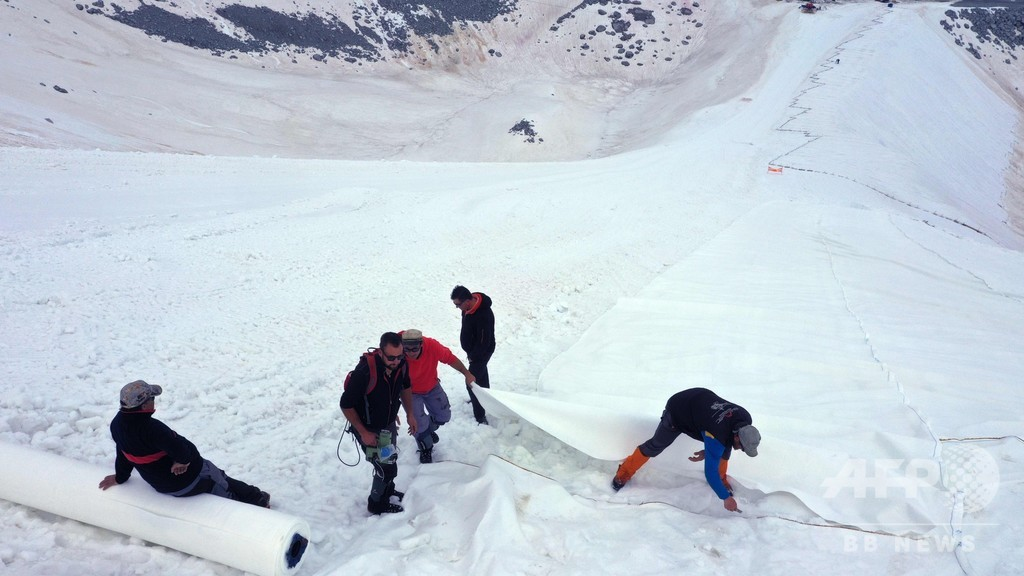 氷河をシートで覆う作業、急ピッチで進む 融解抑制でイタリア