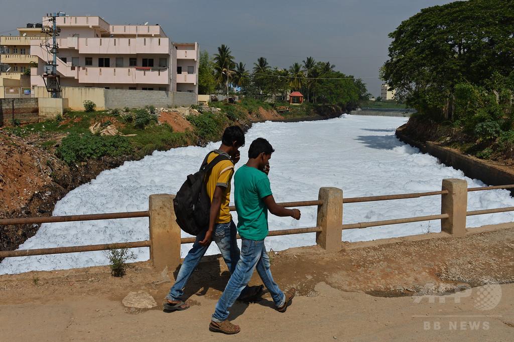 汚染された湖が炎上 インドIT都市、環境対策に批判
