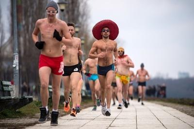 走れば温まる? パンツ一丁でレース セルビア