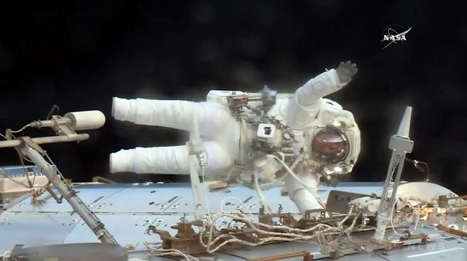 ISSの「緊急」船外活動、米飛行士ら無事完了 NASA