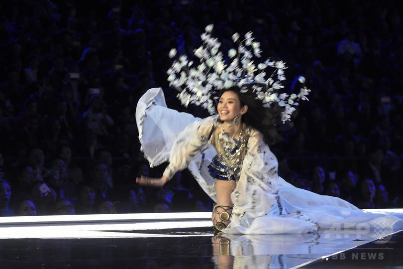 「ヴィクトリアズ・シークレット」のショーで中国人モデルが転ぶハプニング