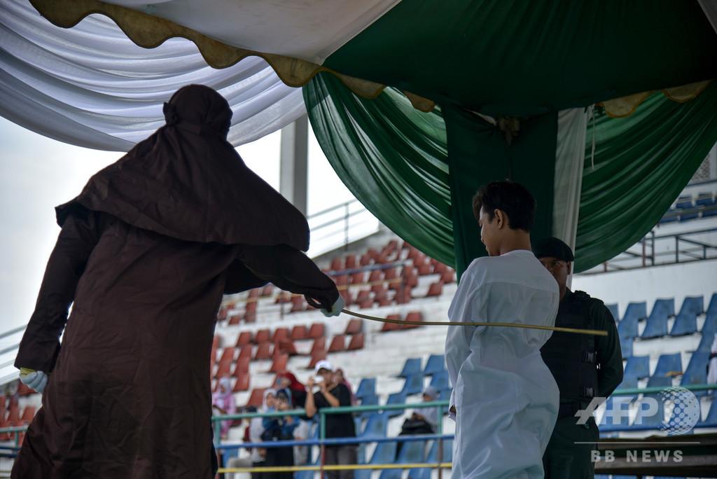 イスラム法違反で男女3人にむち打ち刑、インドネシア・アチェ州