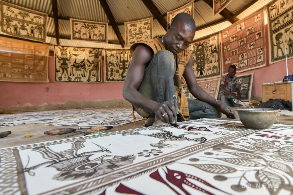 ピカソ訪問の伝説を語るアフリカの村人たち、コートジボワール