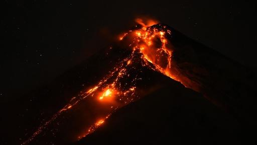 動画:中米グアテマラのフエゴ山、活発な火山活動繰り広げる