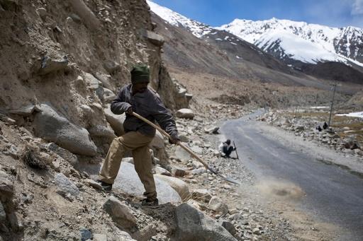 標高5360メートル、極寒のヒマラヤで道路整備行う出稼ぎ労働者 インド