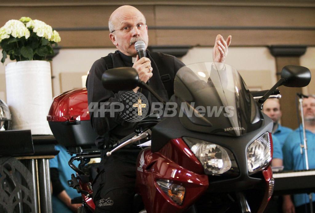 ドイツの牧師、バイクにまたがり祭壇で説教