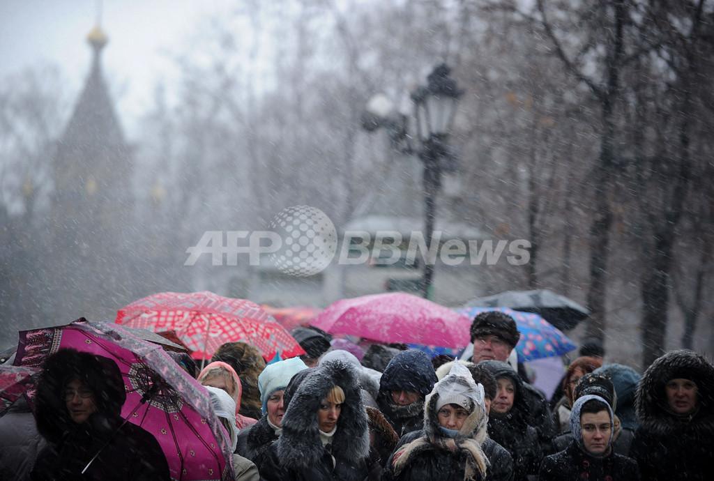 氷点下の26時間待ち、「聖母マリアの帯」に行列5キロ 露モスクワ
