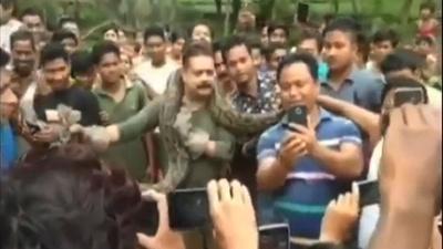 動画:自撮り試み…自然保護官が巨大ニシキヘビに首絞められる インド
