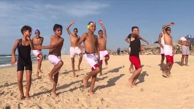 動画:東京五輪目指すパレスチナの水泳チーム、汚染された海で練習