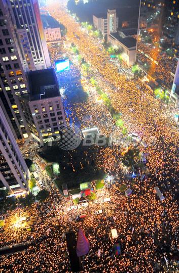 ソウルで大規模な米牛肉輸入再開反対デモ
