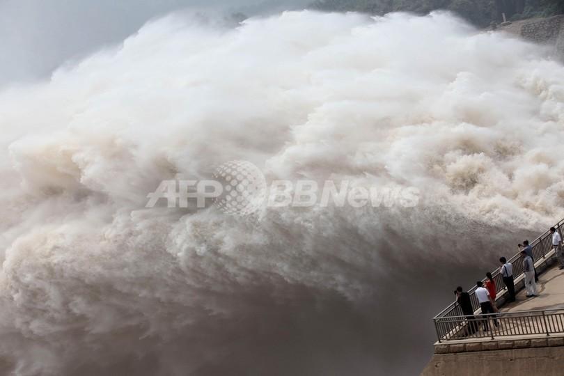 迫力満点、黄河のダムで大放水 中国・河南省