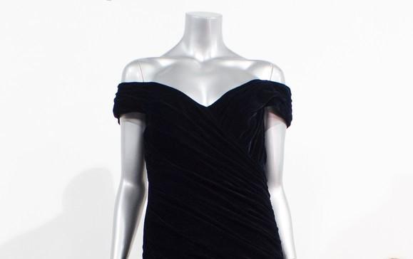 故ダイアナ元妃がトラボルタと踊った際のドレス、競売出品も最落価格届かず