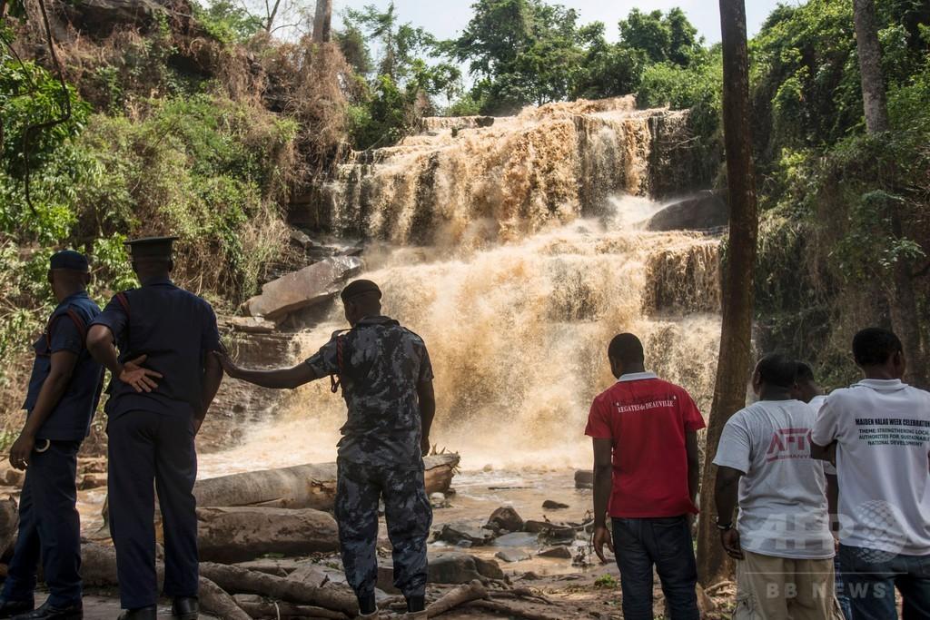遊泳中に倒木の下敷き、高校生20人死亡 ガーナ