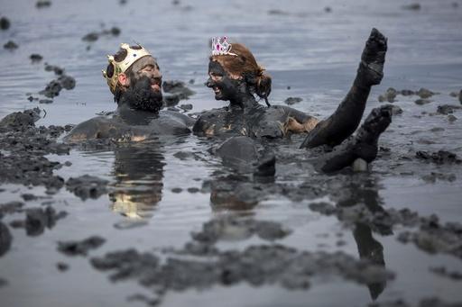 大人も子どもも大はしゃぎ! ブラジルで「泥の祭り」開催