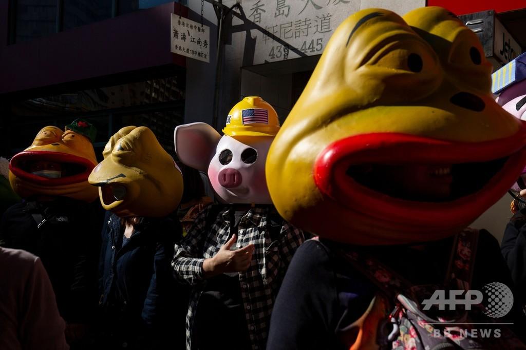 「カエルのペペ」やヘルメット着用ブタ、香港民主派デモに参戦