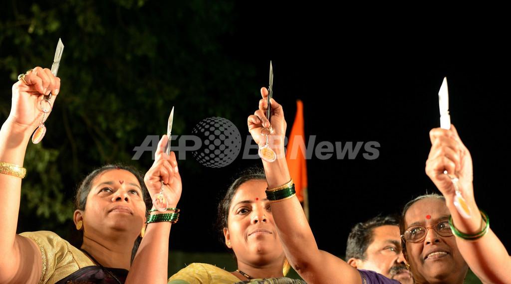 インド極右政党が女性に護身用ナイフを配布