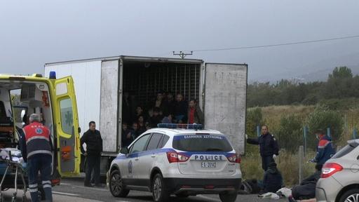 動画:ギリシャの冷蔵トラックから移民41人発見、アフガン出身者か 発見現場の映像