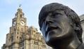 ビートルズのブロンズ像、英リバプール埠頭に登場