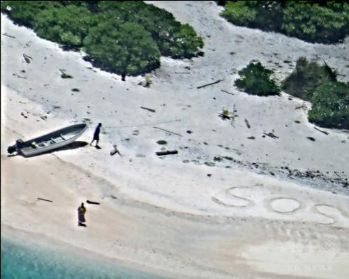 無人島の砂浜に「SOS」、漂着の2人を救助 ミクロネシア