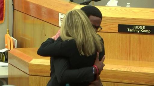 動画:勘違いで黒人男性射殺、白人の元警官を被害者の弟が法廷でハグ