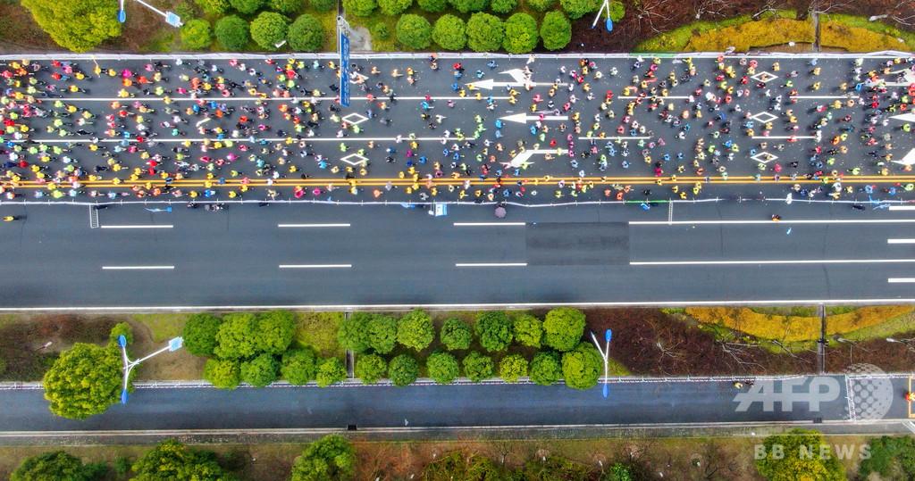 マラソン中自転車に乗った女性ランナーが永久追放に、中国