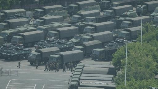 動画:中国治安部隊、香港境界近くでパレード AFPのカメラが捉える