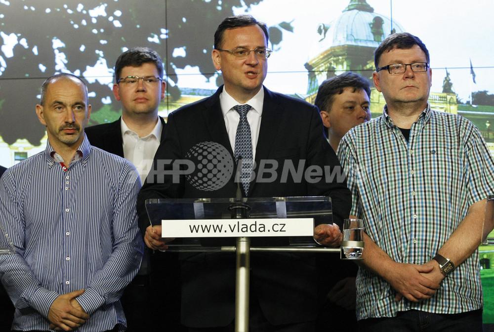 チェコ首相が辞任、側近女性の訴...