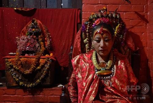 「生き神」生活を続ける女性、ネパール地震で初めて歩く