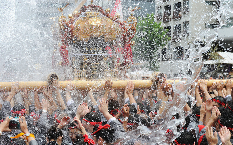 深川八幡祭り、みこしと水掛けで復興に願いこめる