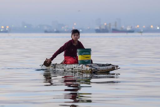 発泡スチロールのいかだで海へ 家族養うため働く少年 フィリピン