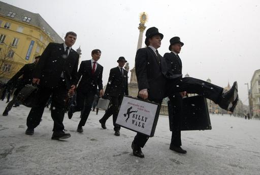 雪にも負けず「バカ歩き」、ファン50人が技を披露 チェコ