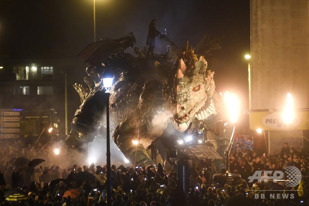 巨大ドラゴン出現! 仏カレーに観光客向けアトラクション